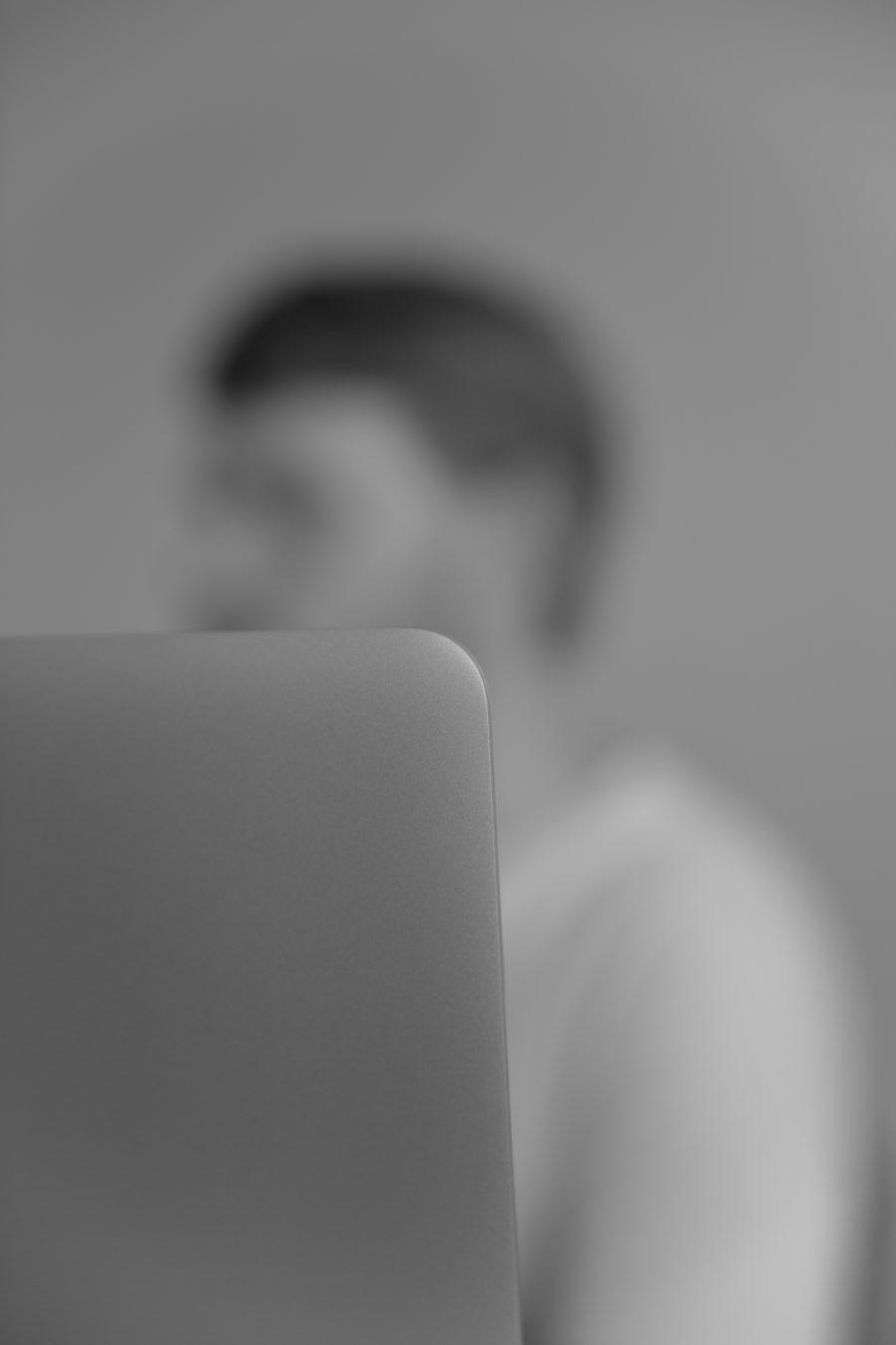 Always a screen between | unscharf | Portrait | Porträt