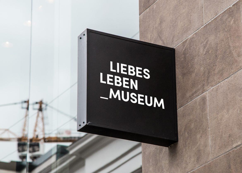 Logo Design   Wortmarke   Anwendung   öffentlicher Raum